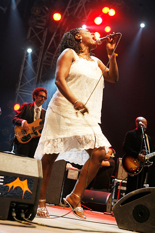 2008-07-06 - Sharon Jones & the Dap-Kings spelar på Roskildefestivalen, Roskilde